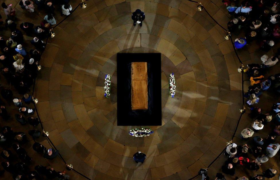 أفراد من الجمهور يلقون نظرات الوداع الأخيرة على جثمان القس بيلي غرايم في العاصمة الأمريكية واشنطن، واشتهر بأنه سفير الرب وبأنشطته التبشيرية التي غطت معظم أنحاء العالم.