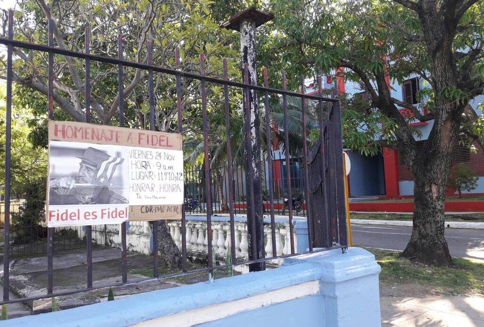 Por todo el vecindario cuelgan carteles que anuncian un homenaje a Fidel Castro.