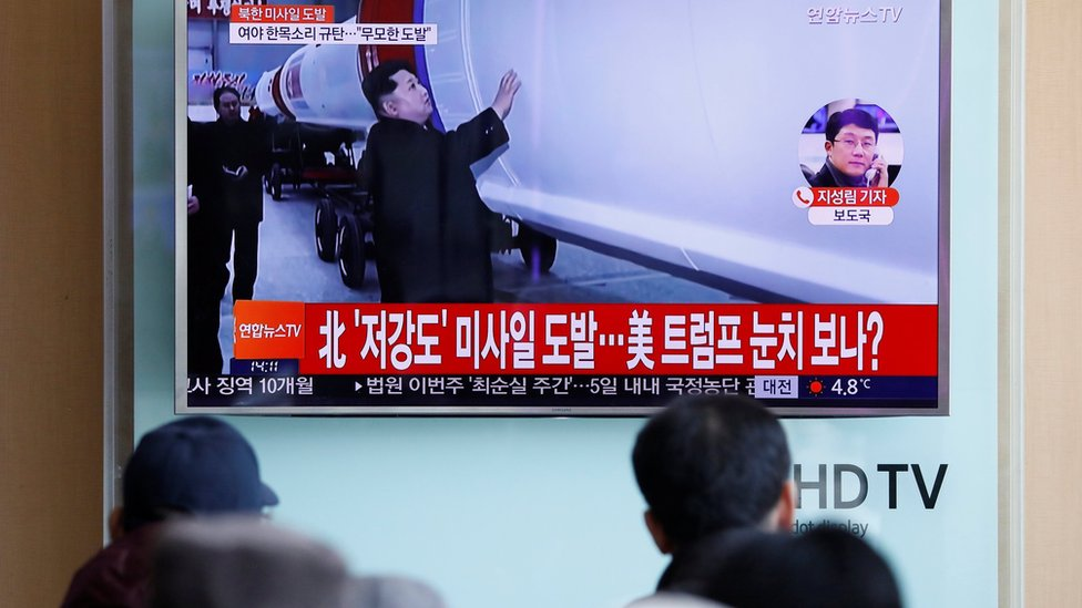 كوريون جنوبيون في العاصمة سيول يشاهدون تقريرا تلفزيونيا حول إطلاق بيونغيونغ صاروخا باليستيا متوسط المدى
