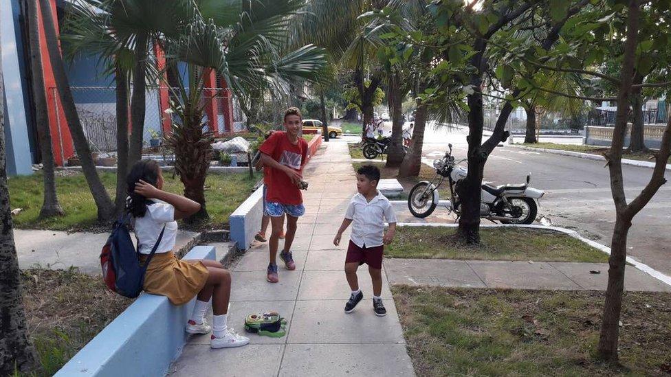 Un grupo de niños jugando en la calle.