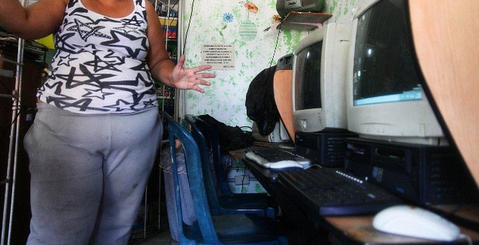 Dueña del cibercafé en el que trabajó Juan Carlos Sánchez Latorre en San Rafael, Venezuela. (Foto: Humberto Matheus)