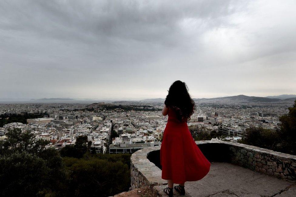 """""""La realidad es que nos tenemos que adaptar a unas condiciones muy duras durante mucho tiempo"""", dice el escritor griego Petros Márkaris."""