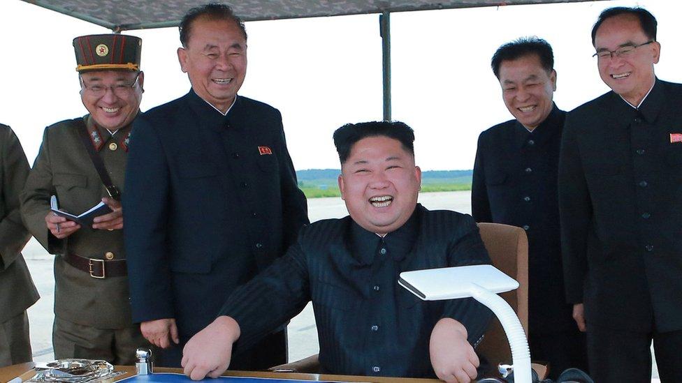"""朝鮮領導人金正恩觀摩導彈發射。白宮稱,美韓領導人周五在電話中討論了朝鮮""""持續破壞穩定和升級的行為""""。"""