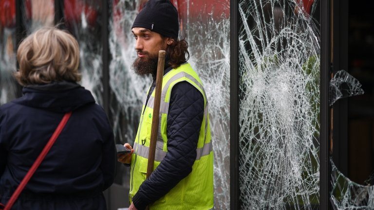 Yellow vest protests: Macron to hold crisis meeting