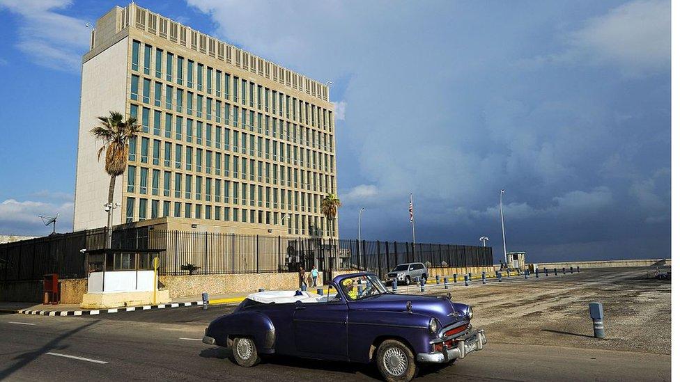 La actual sede de la embajada de Estados Unidos en Cuba (hasta 2015, Oficina de Intereses) fue por año epicentro de las protestas de Fidel Castro contra Estados Unidos.