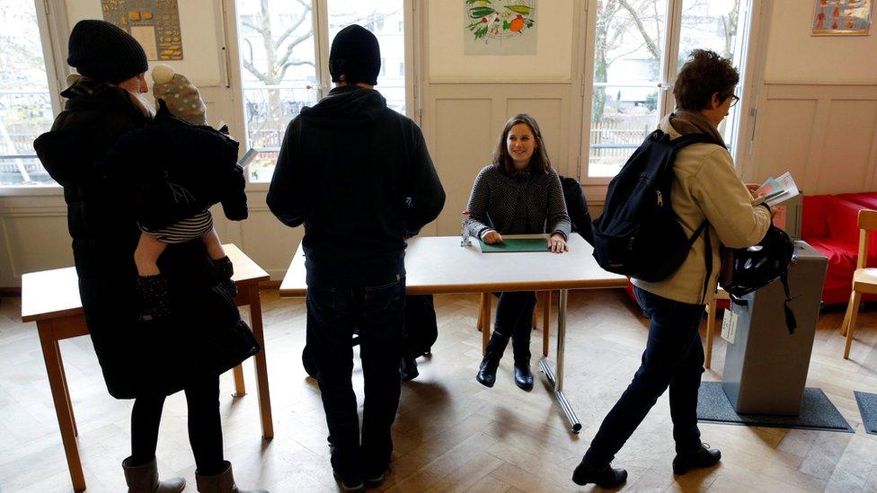 مواطنون في طابور لجنة التصويت