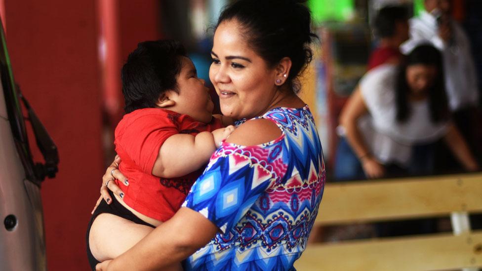 Luis Manuel González en brazos de su madre Isabel Pantoja