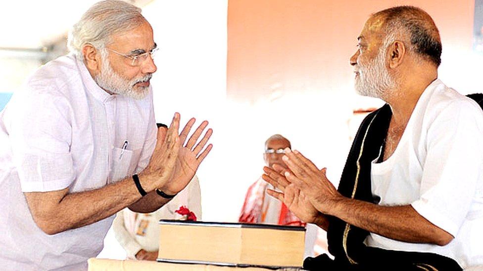 नरेंद्र मोदी और मोरारी बापू की 'बाबा' वाली दोस्ती