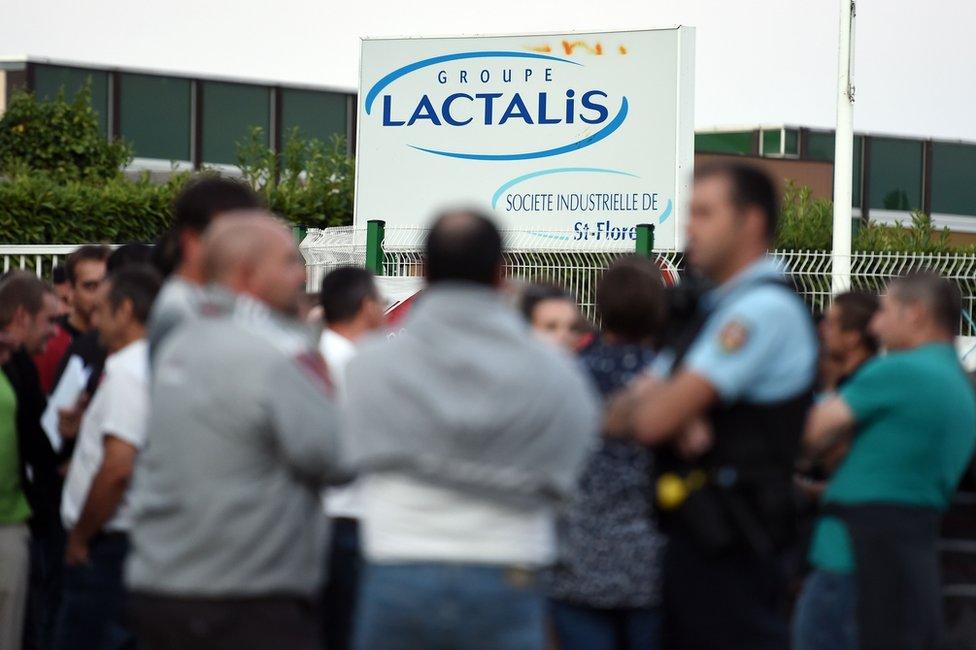 Agricultores fuera de la planta de Lactalis en Saint-Florent-le-Vieil, en el oeste de Francia, el 29 de agosto de 2016.