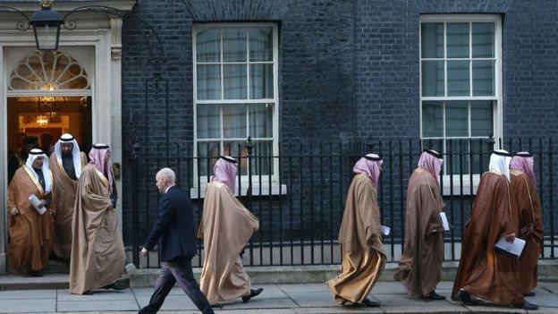 ولي العهد السعودي ومرافقيه أمام مقر مجلس الوزراء في بريطانيا (رقم 10)