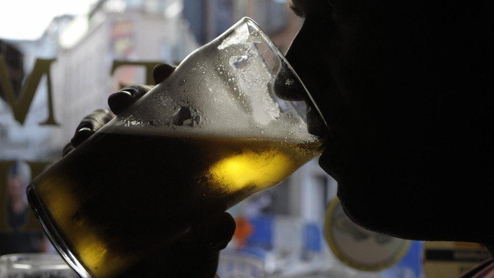 En Irlanda, si un pub no podía cambiar un cheque se quedaba sin quien consumiera bebidas.