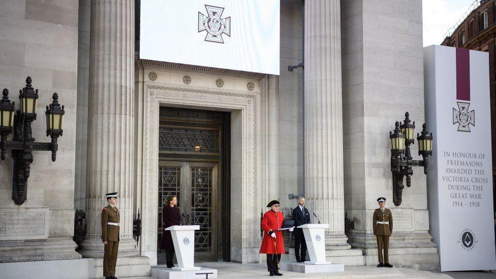 لحظة الاحتفال بمنح نوط صليب فيكتوريا أمام المعبد الماسوني في لندن