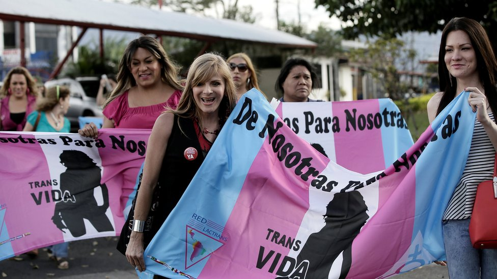 Mujeres transgénero celebran la decisión de la CorteIDH en Costa Rica el 9 de enero de 2018.