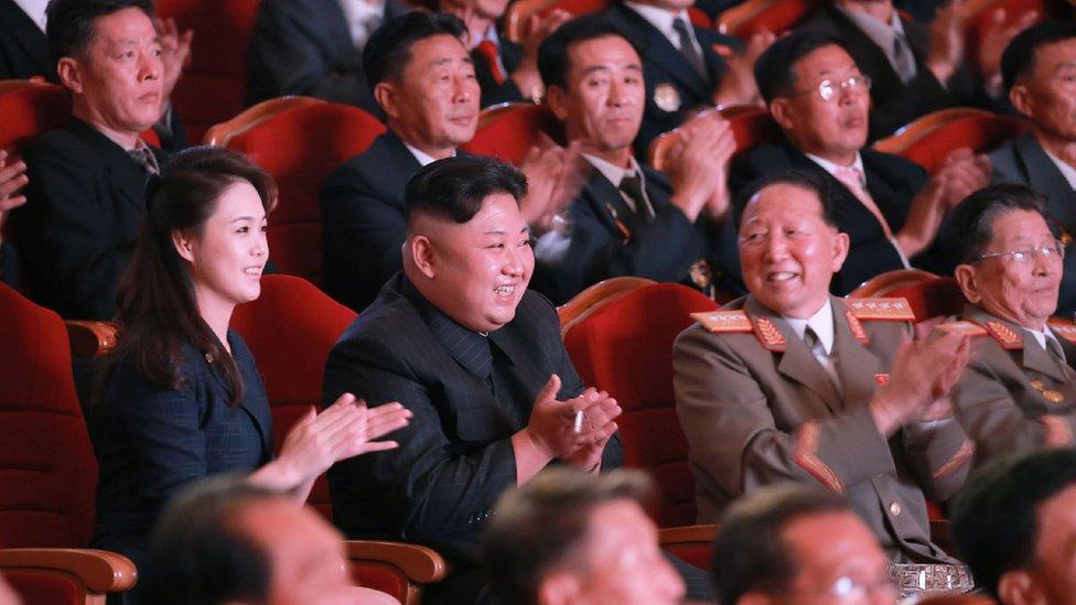 Ri Hong-sop (der) y Hong Sung Mu (2º der) con Kim Jong-un y su esposa
