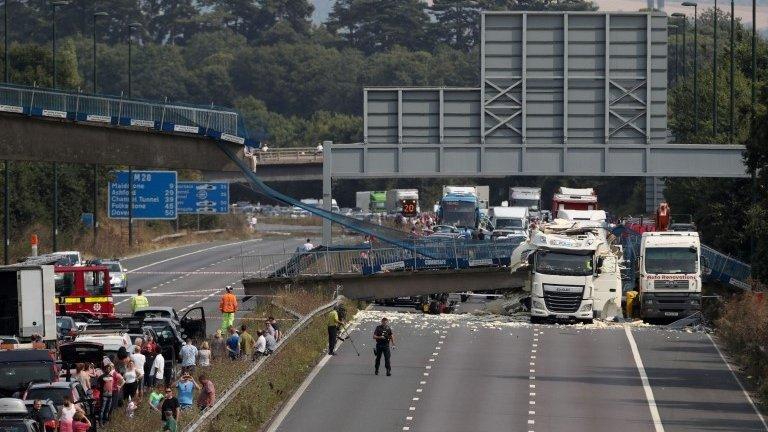 M20 motorway shut after lorry crash causes bridge collapse