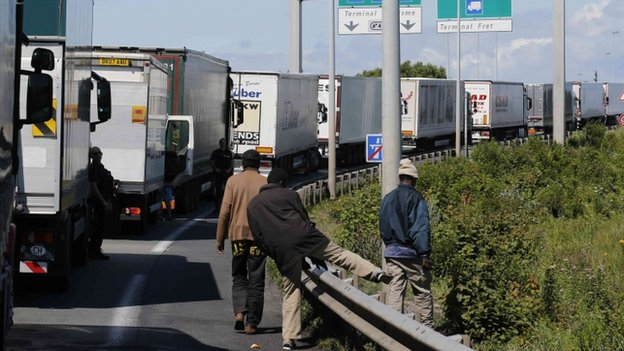 A man has been killed as at least 1,500 migrants tried to enter the Channel Tunnel in Calais on Tuesday night, French police say.