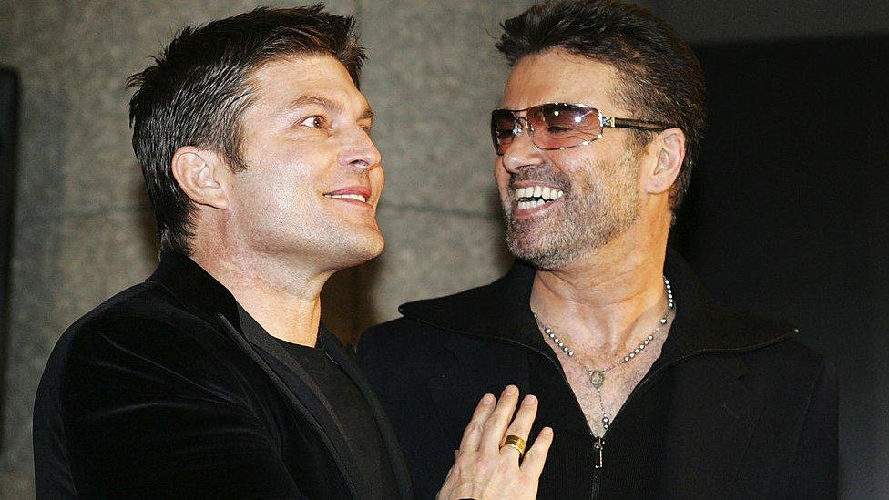 El cantante declaró públicamente que mantenía una relación con el empresario Kenny Goss.