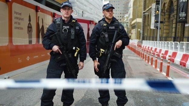 قتل 22 شخصا وأصيب 59 آخرون في الحادث الذي استهدف مجمع حفلات موسيقية بمدينة مانشستر، شمالي بريطانيا.