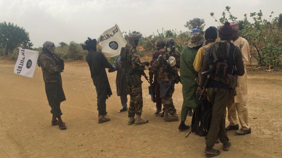 Militantes de Boko Haram reciben presos liberados a cambio de las 82 niñas.