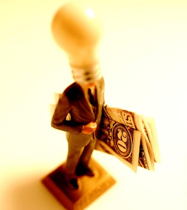 Genio con dinero bajo el brazo