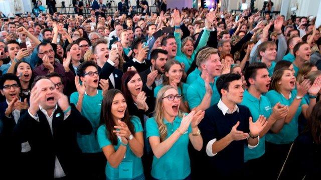 Militantes del Partido Popular celebran los resultados de las elecciones legislativas en Austria.