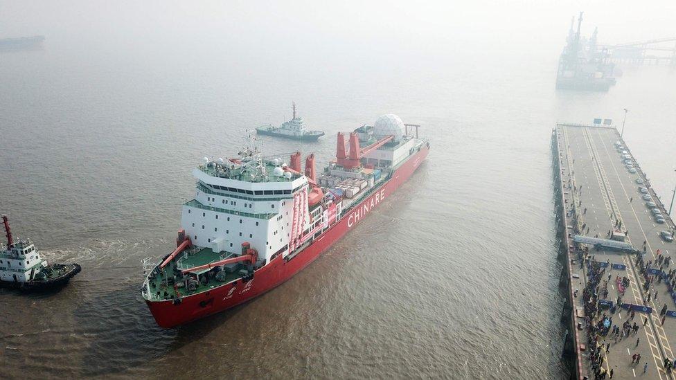 """En noviembre zarpó el rompehielos chino Xuelong o """"Dragón de nieve"""" de Shanghái hacia Antártica, con la tripulación que establecerá la quinta base del país en el continente."""