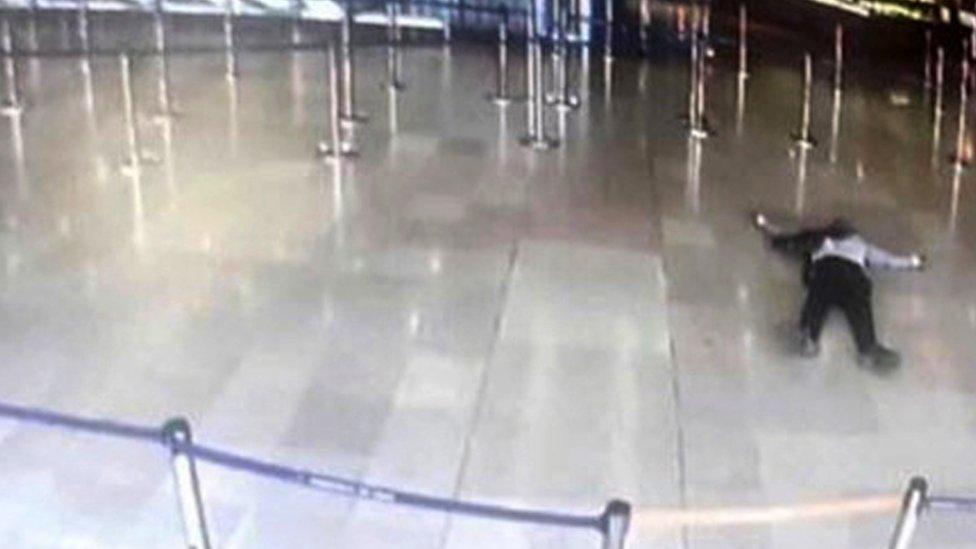 Ziyed Ben Belgacem en el suelo del aeropuerto de Orly, en París, tras ser abatido por la policía.