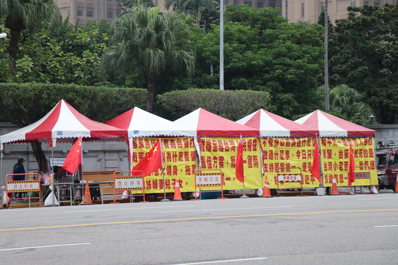 """每個月一定有一天,五星紅旗與紅色歌曲不斷播放,部分台灣外交部官員私下稱""""很受困擾""""。"""