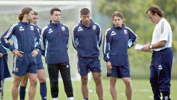 Mauricio Pochettino (izquierda) jugó con la selección argentina bajo las órdenes de Bielsa entre 1998 y 2004.