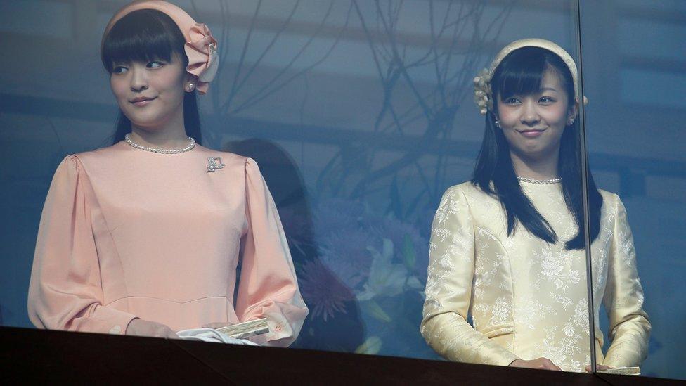 真子公主(左)和佳子公主(右)。兩人都是天皇明仁次子文仁親王的女兒。