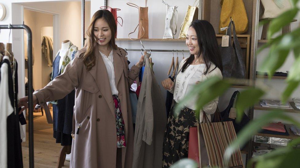 Dos mujeres de compras