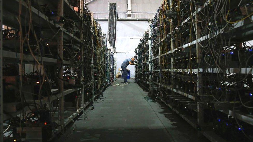 """""""Minar"""" criptomonedas sirve para confirmar transacciones y hacerlas más eficientes."""