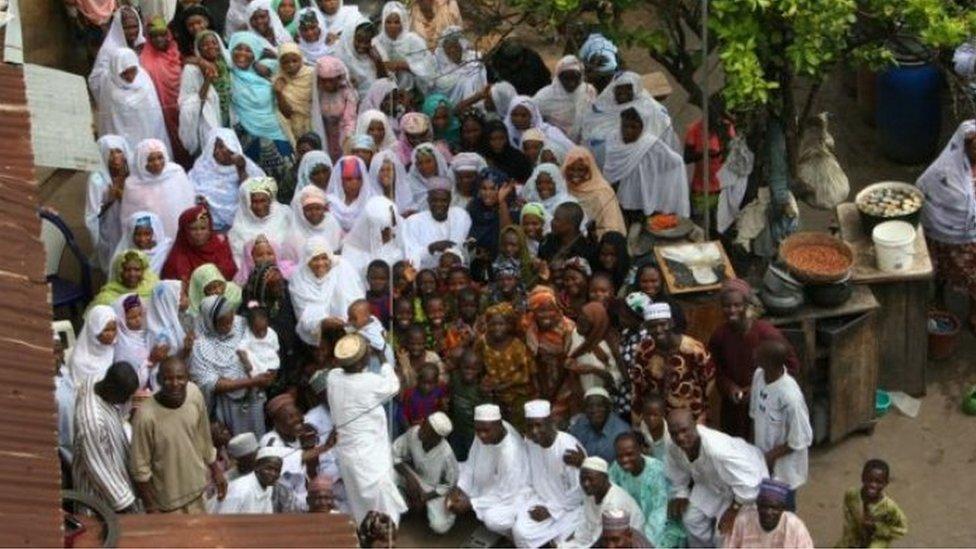 Mohammed Bello Abubakar con algunas de sus esposas.