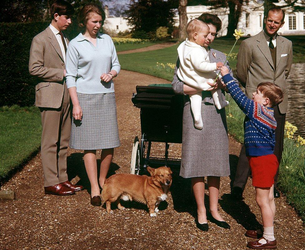 الملكة إليزابيث الثانية والأمير فيليب وأطفالهما