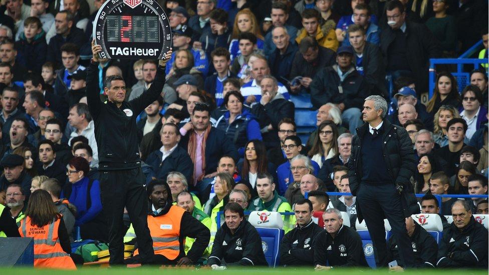 Mourinho observa el tiempo que se adañe en un partido de Manchester United.