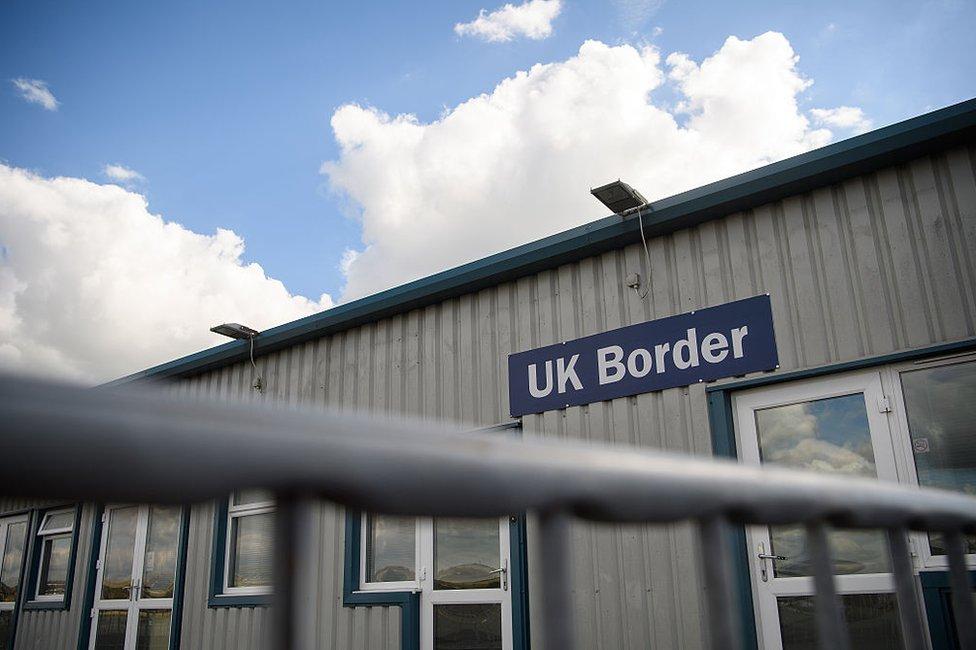 """Cartel que dice """"frontera de Reino Unido"""" en el aeropuerto de la Ciudad de Brighton en Shoreham, Inglaterra."""