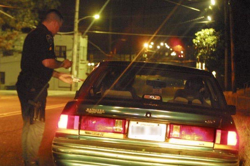 Un policía demora a un conductor.