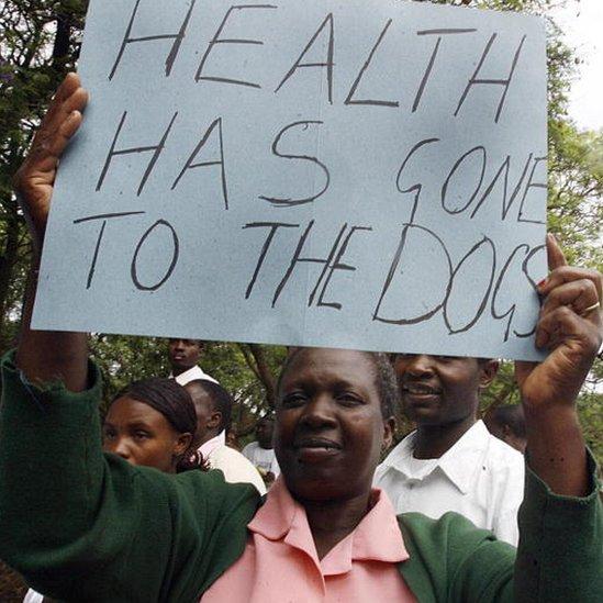 Los críticos dicen que en los hospitales de Zimbabue faltan los productos más básicos.