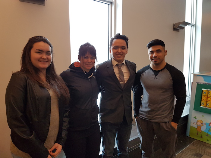 MacDonnell junto a tres de sus estudiantes, que la acompañaron a recibir el premio en Dubái.