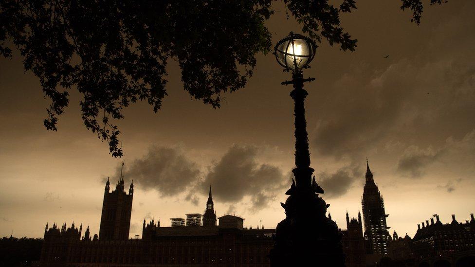 Un cielo naranja sobre el parlamento británico