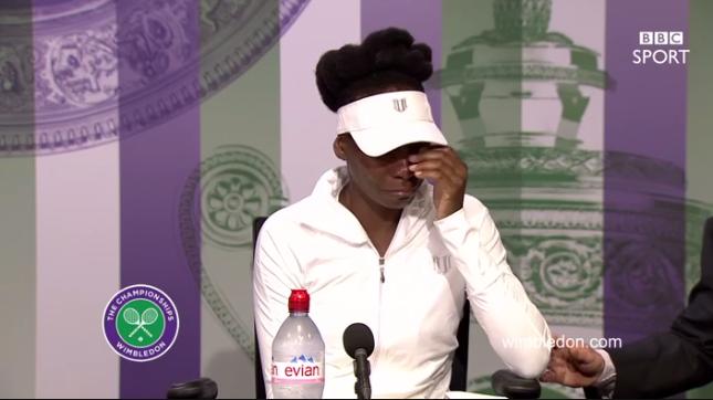 Captura de pantalla de Venus Williams llorando en la conferencia de prensa en Wimbledon.
