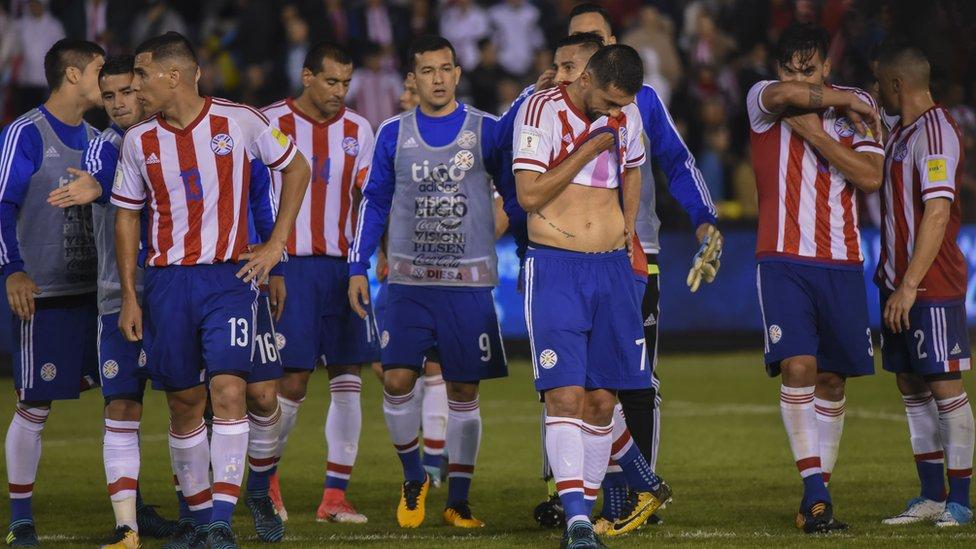 Paraguay pasó de la euforia de vencer a Chile a la decepción por su derrota contra Uruguay.
