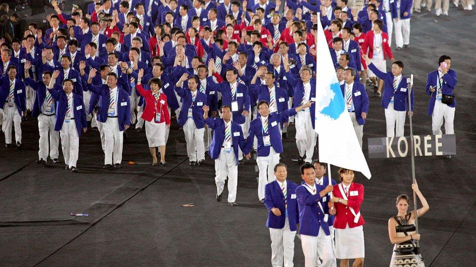 Las delegaciones de las dos coreas desfilan juntas en Atenas 2004