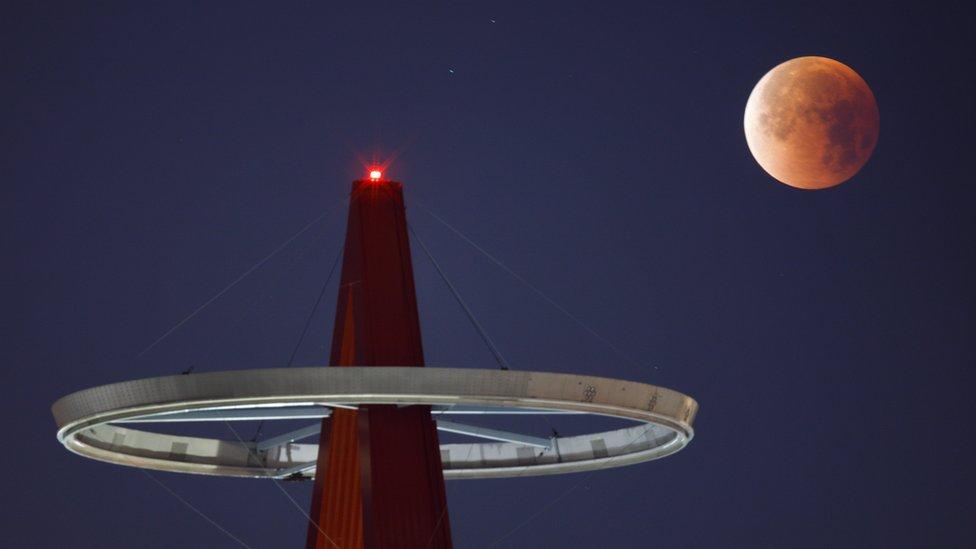 القمر فوق استاد أنجيل في ولاية كاليفورنيا