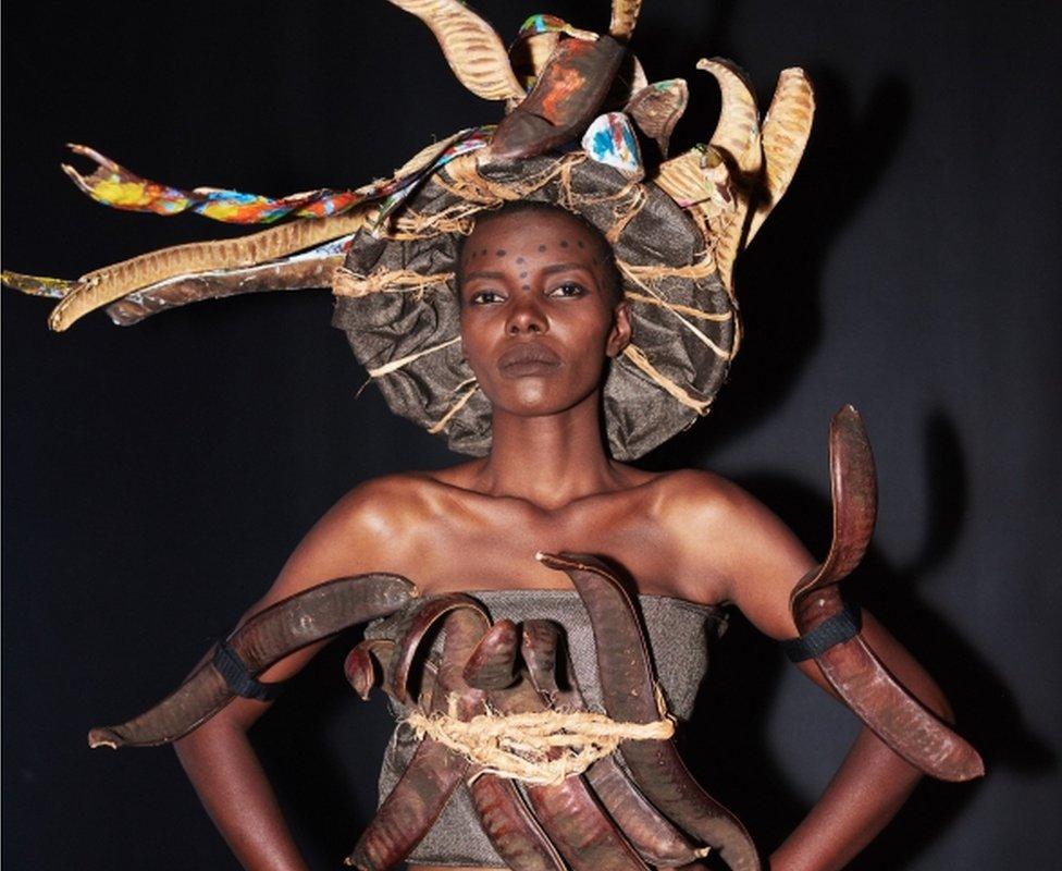 ثوب مصنوع من البذور ترتديه ملكة جمال تنزانيا ليليان إريكاه مارول وهي تستعد في الخشبة الخلفية لأجد المسرح لتمثيل أفضل ما أنتجته ثقافة تنزانيا خلال عرض الزي الوطني في لاس فيغاس الوطني السبت.