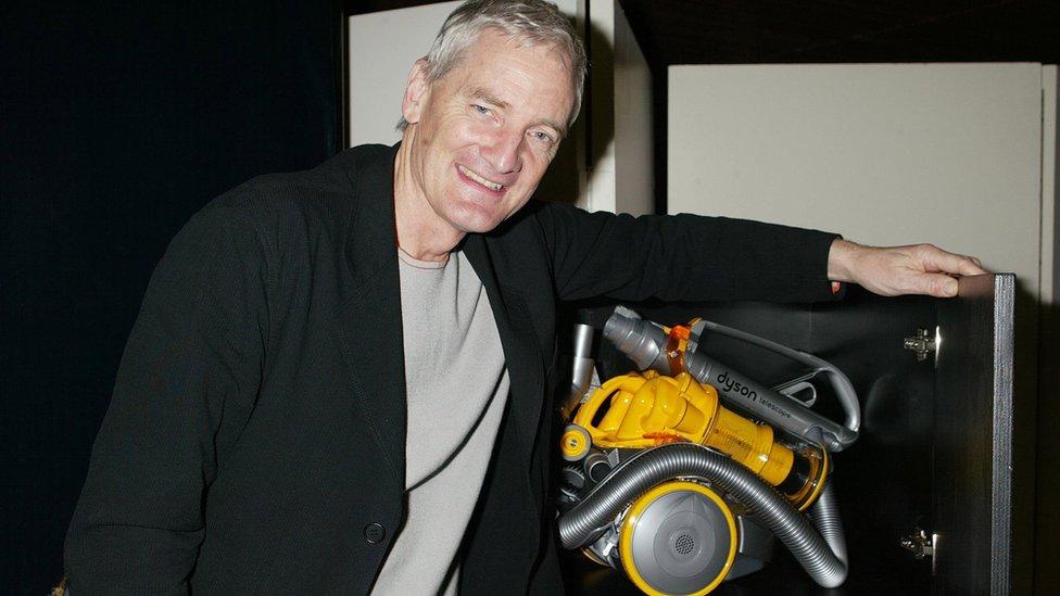 James Dyson posa con una de sus aspiradoras en esta foto tomada en 2004.