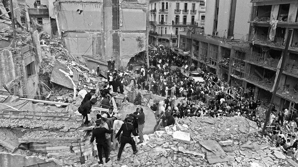 El atentado a la AMIA dejó 85 muertos y, aunque hubo detenidos y acusaciones, 23 años después la causa sigue sin definirse.