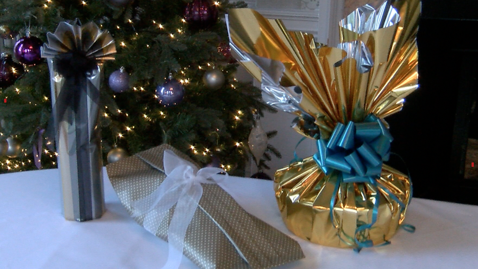 Expert shows how to wrap Christmas gifts with an awkward shape