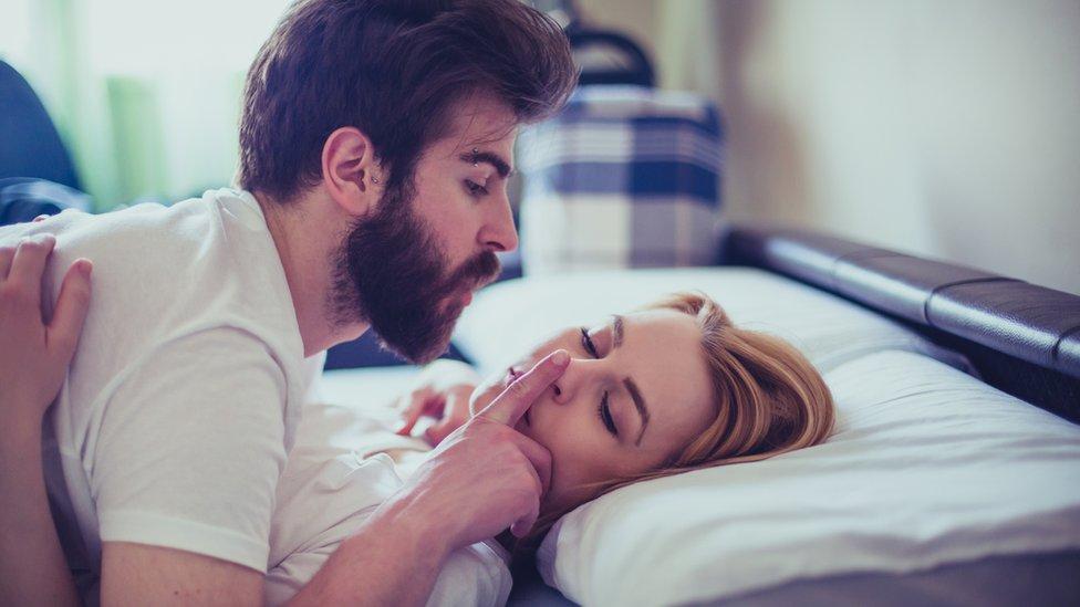 Un hombre encima de una mujer la fuerza a tener sexo