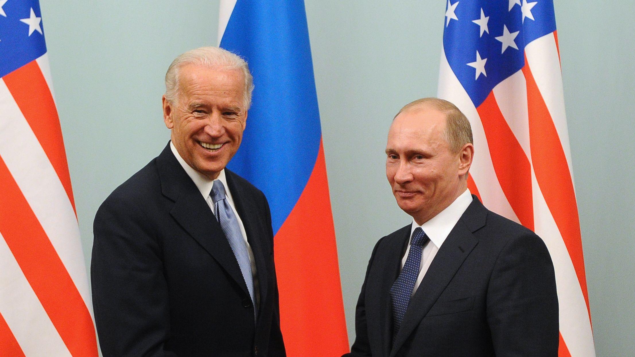 Президент Байден впервые поговорил с Путиным. В том числе о Навальном - BBC  News Русская служба
